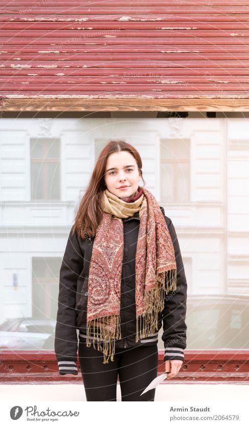 Porträt - Schal Mensch Frau Jugendliche Junge Frau schön rot Freude Fenster Erwachsene Lifestyle feminin Stil Glück Mode Fassade Zufriedenheit