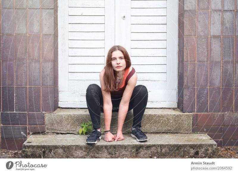 Porträt Mensch Jugendliche Junge Frau schön Leben Wand Lifestyle natürlich feminin Stil Mauer Fassade Treppe 13-18 Jahre Tür sitzen