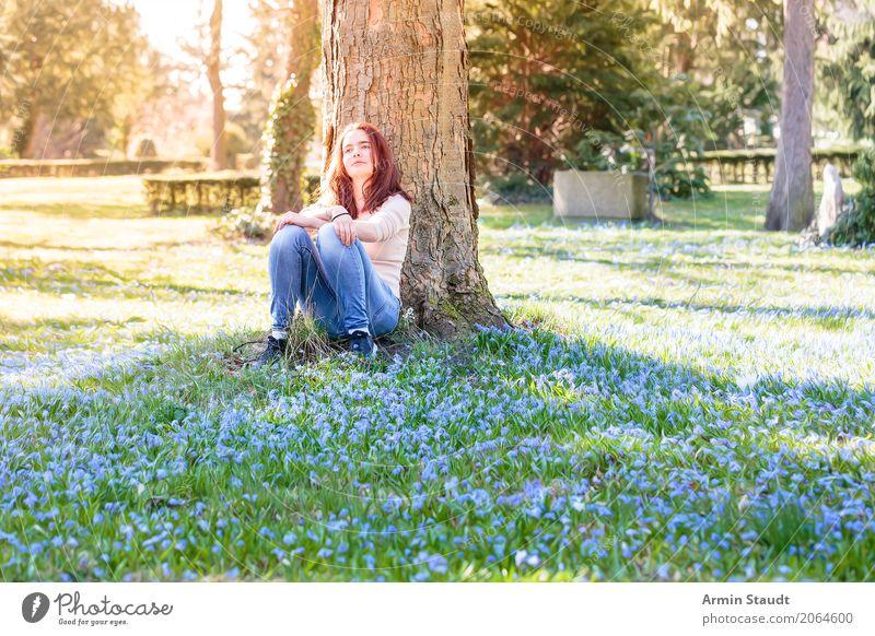 Porträt auf Frühlingswiese Mensch Natur Jugendliche Junge Frau Baum Blume Erholung ruhig Freude Leben Lifestyle Wiese Gesundheit feminin Stil