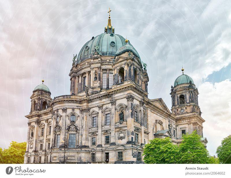 Berliner Dom Tourismus Sightseeing Sommer Haus Umwelt Pflanze Wolken Gewitterwolken Frühling Klima Baum Park Hauptstadt Stadtzentrum Kirche Palast Architektur