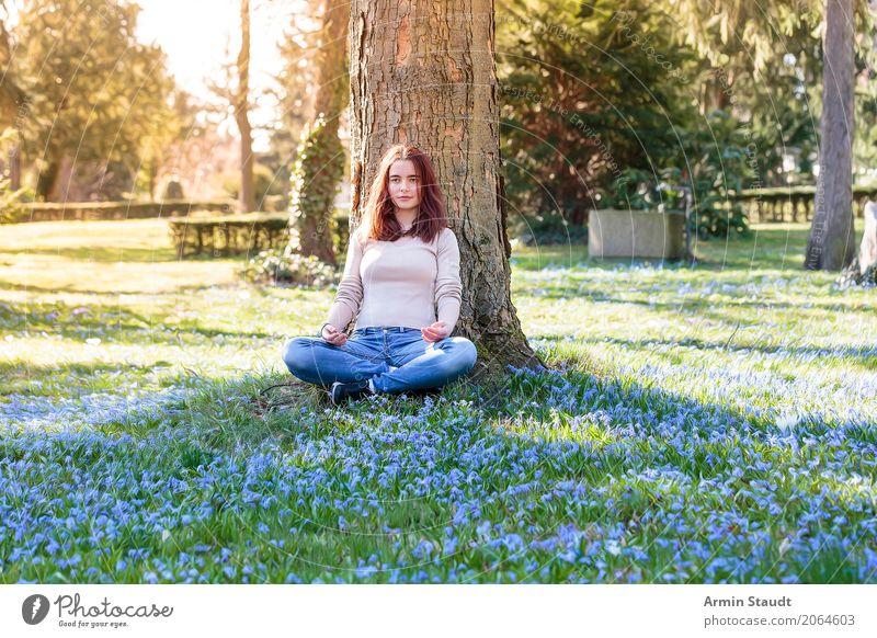 Meditation auf Frühlingswiese Mensch Natur Junge Frau Baum Blume Erholung ruhig Freude Gesundheit 18-30 Jahre Lifestyle Erwachsene Leben feminin Wiese