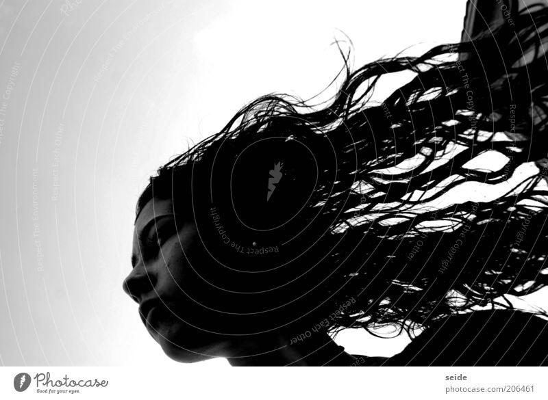 frisch ausm pool Mensch feminin Junge Frau Jugendliche Kopf Haare & Frisuren 1 Sommer brünett langhaarig beobachten authentisch Stolz nass Schwarzweißfoto Abend