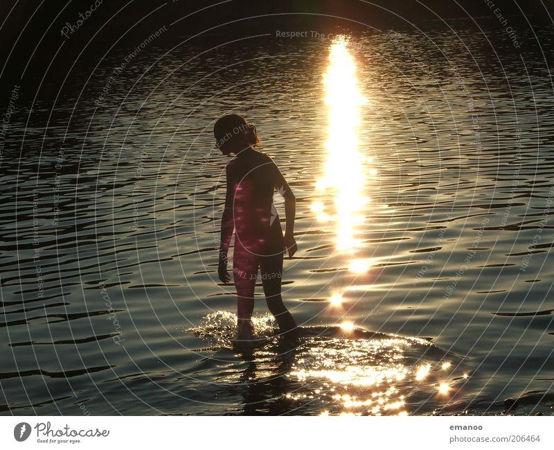 wassermädchen Mensch Natur Jugendliche Wasser schön Sonne Ferien & Urlaub & Reisen Sommer Freude gelb feminin Freiheit Glück See Wellen Zufriedenheit