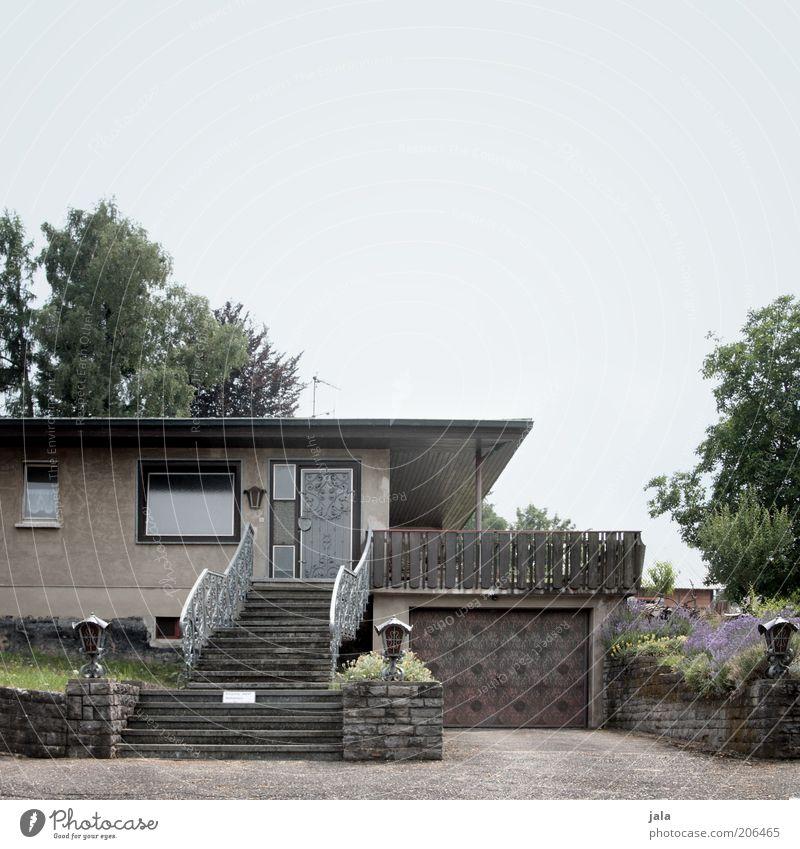 Bungalow Haus Garten Pflanze Baum Sträucher Einfamilienhaus Bauwerk Gebäude Architektur Treppe Terrasse Farbfoto Außenaufnahme Menschenleer Textfreiraum oben