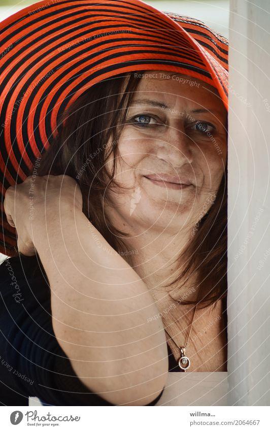 wohlbehütet | AST10 Mensch Frau Erwachsene feminin 45-60 Jahre Lächeln Freundlichkeit Hut brünett direkt Halskette