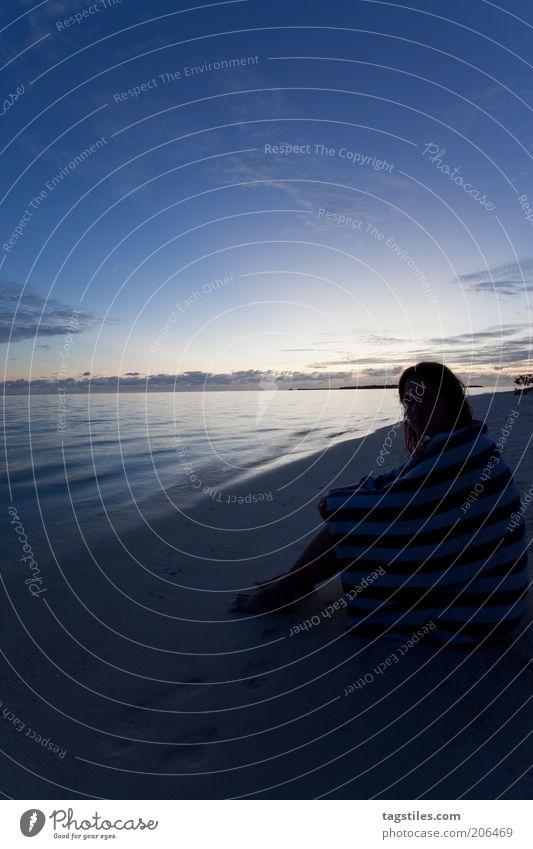 GUTE NACHT WM 2010 *seufz* gut Nacht Abend Dämmerung Frau am Strand Meer Ferien & Urlaub & Reisen Glück Zufriedenheit Traurigkeit Handtuch sitzen Sand Farbfoto