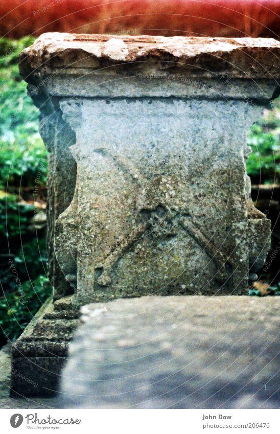 Pirate's Grave alt Tod Vergänglichkeit geheimnisvoll gruselig Symbole & Metaphern analog Vergangenheit Friedhof Ornament Grab Sarg Schädel Pirat Grabstein Light leak