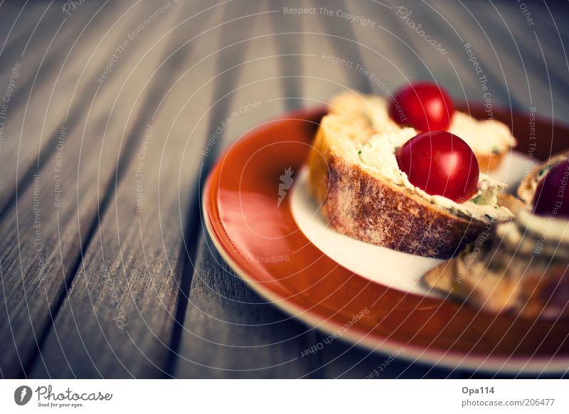 Frischkäsebrot mit Tomaten Lebensmittel Käse Milcherzeugnisse Gemüse Brot Ernährung Abendessen Teller lecker braun Völlerei Farbfoto mehrfarbig Außenaufnahme