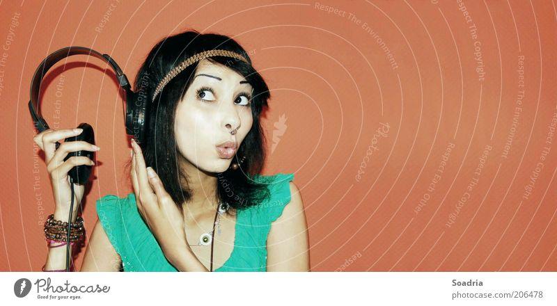 Hört sich interessant an! Mensch Frau Jugendliche Freude Erwachsene Leben Haare & Frisuren Musik Junge Frau Freizeit & Hobby außergewöhnlich 18-30 Jahre gut
