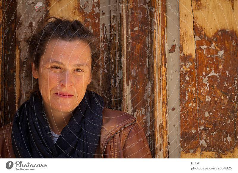 AST 10 | Braun in Braun, mit Sommersprossen Mensch Frau alt Haus Erwachsene Wand feminin Holz Mauer Glück Kopf braun Zufriedenheit Fröhlichkeit Lebensfreude