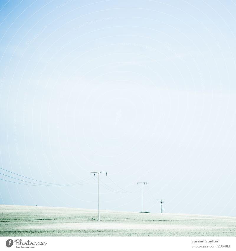 Grünstreifen mit Jalahimmel Kabel Technik & Technologie Energiekrise Industrie Wolkenloser Himmel Schönes Wetter Wiese Feld hell beweglich Strommast Ackerbau