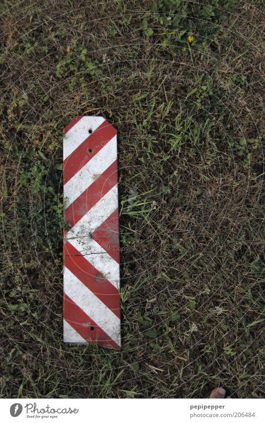 zeh-barke-streifen Erde Gras Wiese Verkehr Kunststoff Zeichen Schilder & Markierungen Hinweisschild Warnschild Verkehrszeichen Fußspur grün rot weiß Farbfoto