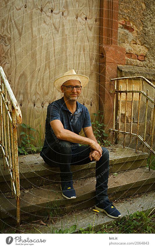 AST 10   der Guerilla-Gärtner    Mensch maskulin Mann Erwachsene Natur Klima Garten Altstadt Haus Mauer Wand Treppe Hut Glück Zufriedenheit Lebensfreude