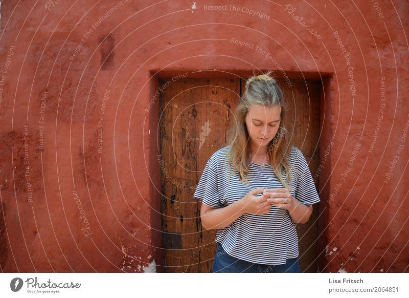 junge blonde Frau wartet Mensch Ferien & Urlaub & Reisen Jugendliche Junge Frau schön Haus 18-30 Jahre Erwachsene feminin Zeit Tourismus träumen Ausflug Tür