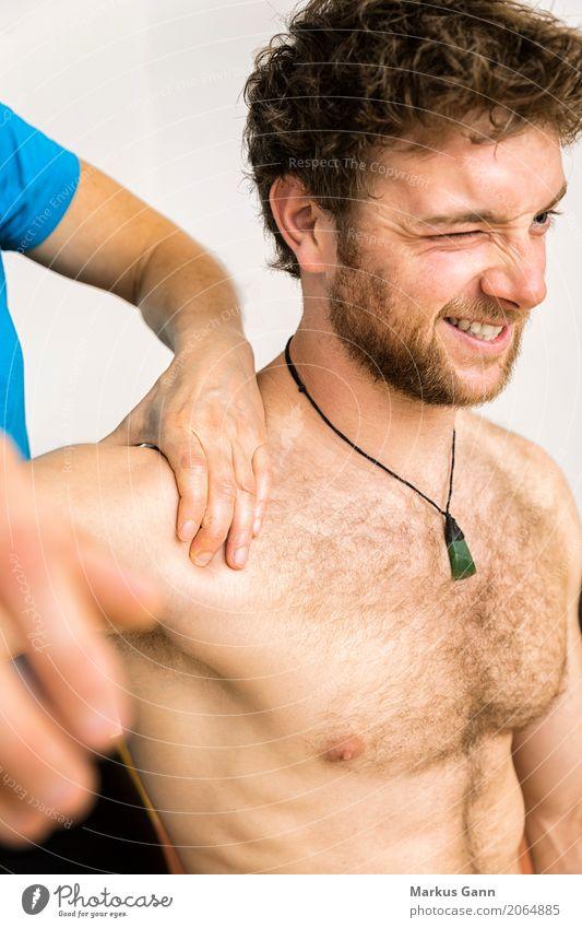 Mensch Jugendliche Mann Hand 18-30 Jahre Gesicht Erwachsene Körper Medikament Schmerz Arzt Brust Schulter Massage Muskulatur Wunde