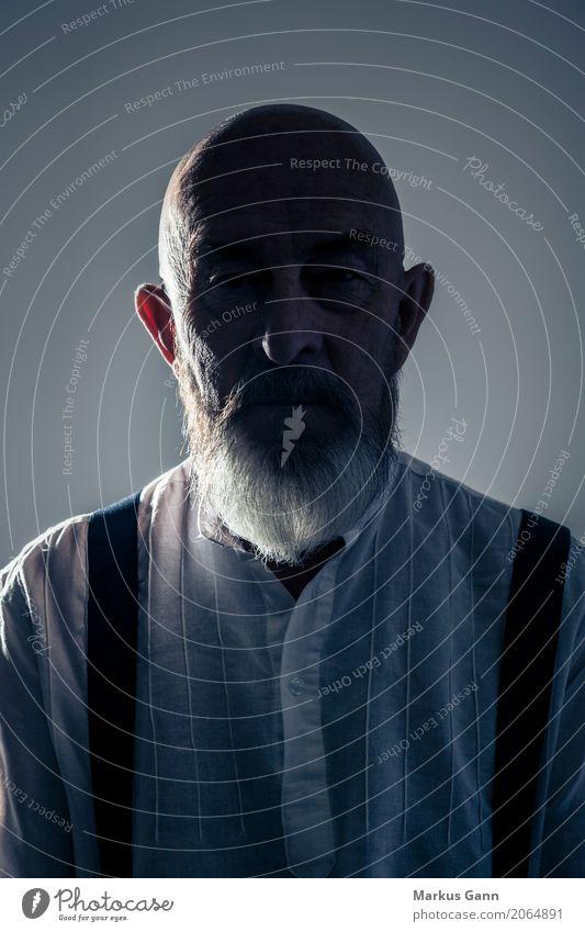 Senior im Schatten Mensch Mann alt Gesicht Kopf maskulin 60 und älter Männlicher Senior Bart Großvater Glatze unsichtbar grauhaarig Streiflicht