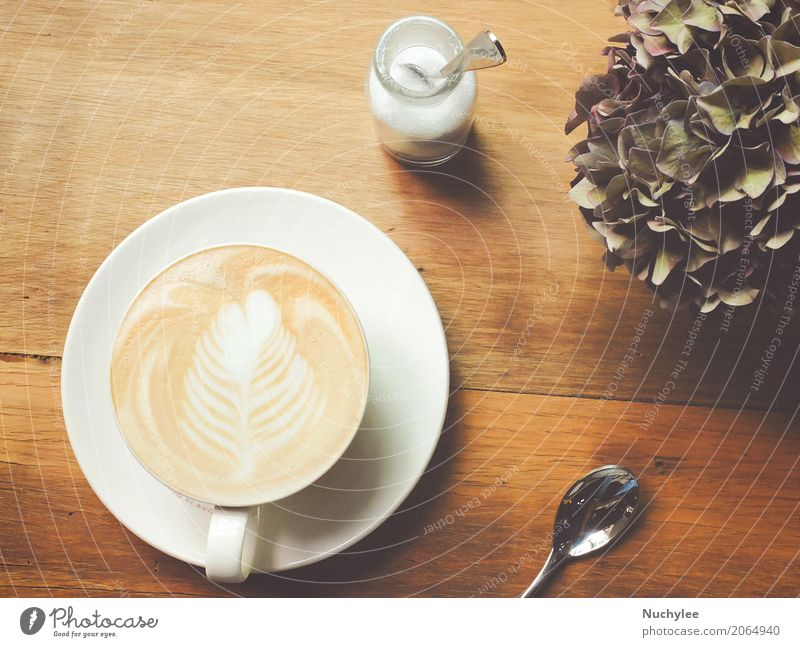 Draufsichtcappuccino- oder Lattekaffee auf Tabelle Frühstück Mittagessen Getränk Kaffee Espresso Teller Löffel Design Freizeit & Hobby Tisch Restaurant Kunst