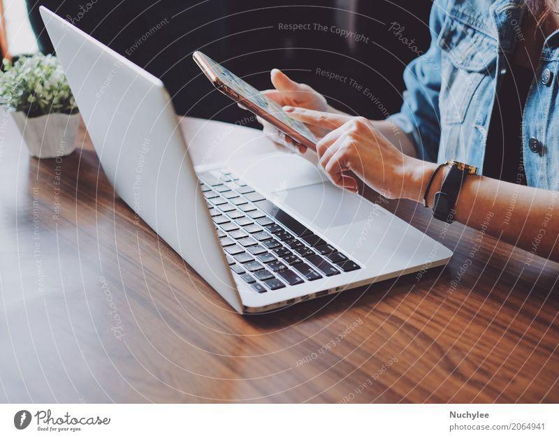 Junge Frau, die Smartphone und Laptop verwendet Pflanze Hand Erwachsene Lifestyle Business Mode Freizeit & Hobby Büro modern Technik & Technologie Erfolg