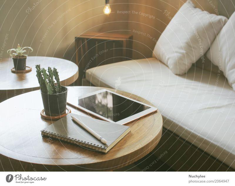 Tablet und Notizbuch auf dem Tisch im warmen gemütlichen Café Kaffee Lifestyle kaufen Erholung Dekoration & Verzierung Arbeit & Erwerbstätigkeit Business