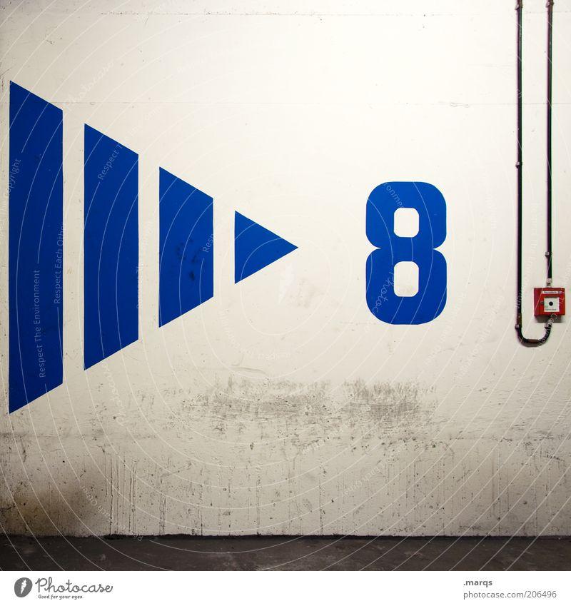 > 8 Mauer Wand Beton Ziffern & Zahlen Pfeil blau Feuermelder Farbfoto Innenaufnahme Kunstlicht Menschenleer Kabel Schalter Dreieck Streifen Betonmauer Betonwand