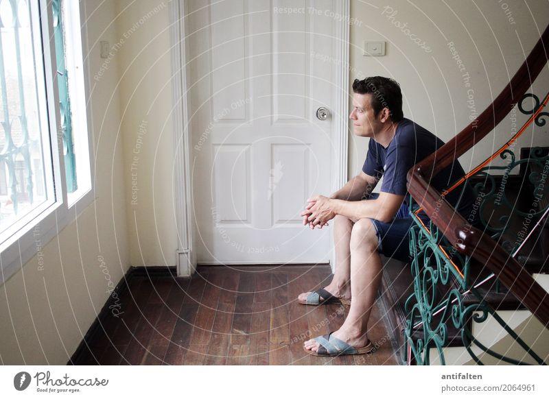 Abschied Mensch Ferien & Urlaub & Reisen Mann Haus Ferne Erwachsene Leben Tourismus träumen Zufriedenheit maskulin Treppe Körper nachdenklich Tür sitzen
