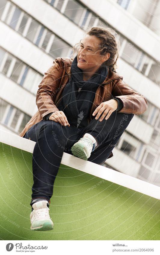 Jugendliche sitzt lässig auf der Mauer Rastas cool Lifestyle Stil Freude Mensch feminin androgyn Junge Frau Erwachsene Leben 1 Bürogebäude Wand Lederjacke