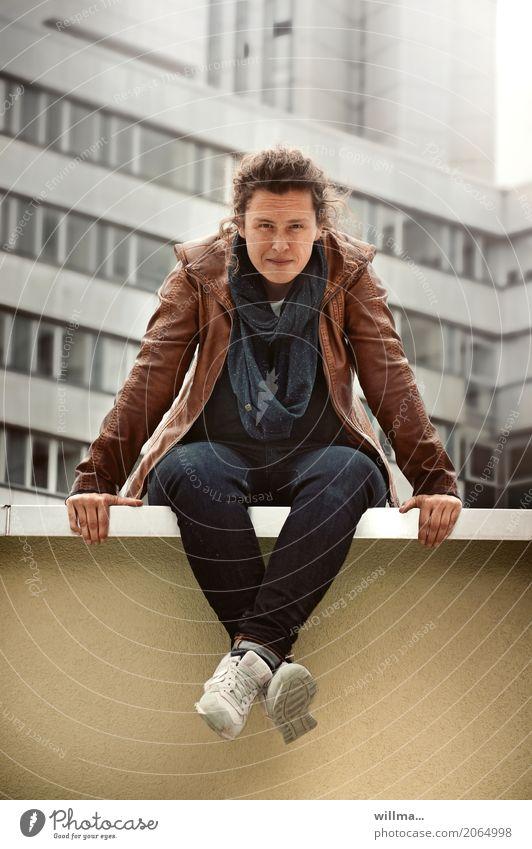 Jugendliche sitzt lässig auf einer Mauer in der Stadt sitzen Frau Erwachsene 1 Chemnitz Bürogebäude Wand Lederjacke Jeanshose Schal brünett Locken Fragen