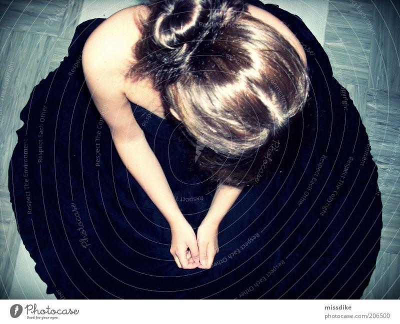 juliet Frau Mensch Hand Jugendliche blau ruhig schwarz feminin Haare & Frisuren träumen Kopf Traurigkeit Denken warten glänzend Erwachsene