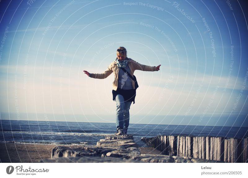 bird´s eye view Himmel Jugendliche Ferien & Urlaub & Reisen Strand oben Glück Küste Horizont Wellen Freizeit & Hobby Jeanshose Junge Frau Schönes Wetter Jacke