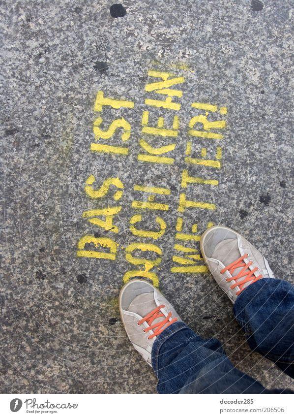 Das ist doch kein Wetter! Mensch Straße Stil Stein Fuß Schuhe Graffiti Schilder & Markierungen Jeanshose stehen Schriftzeichen authentisch außergewöhnlich Zeichen