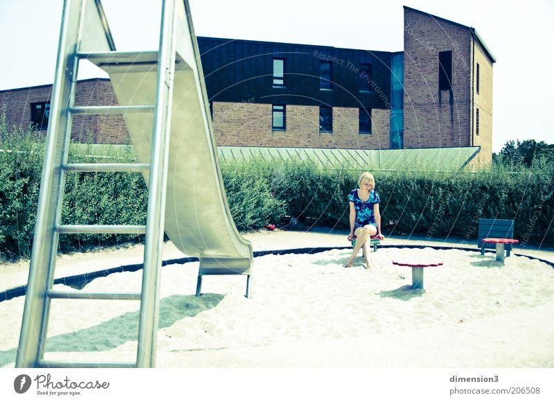 scheinbare Idylle Jugendliche blau weiß grün schön Einsamkeit Haus Erwachsene Leben Wärme Sand Traurigkeit Denken hell Stimmung blond
