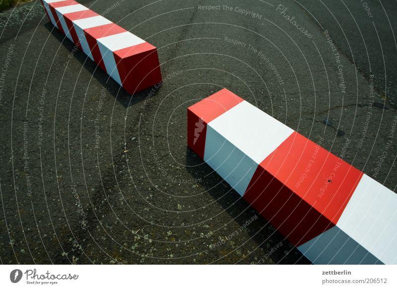 Zwei Balken weiß rot Ferne Schilder & Markierungen nah liegen Asphalt Kontakt Streifen Grenze Geometrie Barriere Konstruktion Trennung Lücke