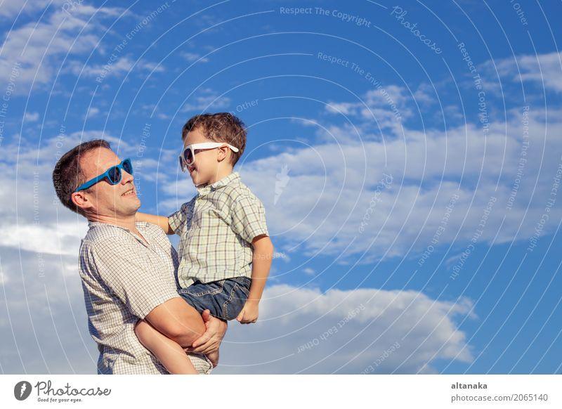 Vater und Sohn, die im Park spielen Kind Natur Ferien & Urlaub & Reisen Mann Sommer Sonne Hand Erholung Freude Strand Erwachsene Leben Lifestyle Liebe Gefühle