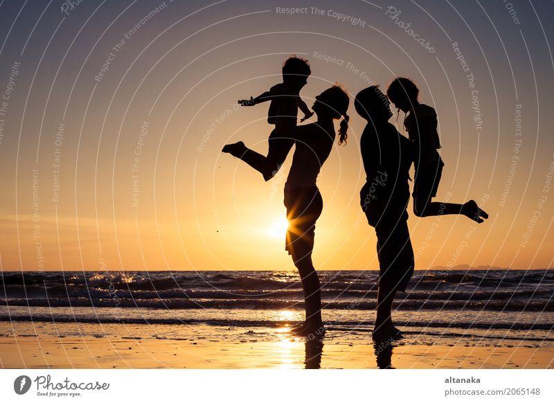 Silhouette der glücklichen Familie Kind Frau Natur Ferien & Urlaub & Reisen Sommer Sonne Hand Meer Freude Strand Erwachsene Lifestyle Liebe Sport Junge