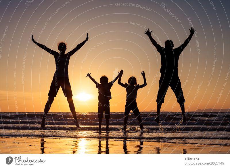 Silhouette der glücklichen Familie Lifestyle Freude Freizeit & Hobby Spielen Ferien & Urlaub & Reisen Ausflug Freiheit Sommer Sonne Strand Meer Sport Kind Junge