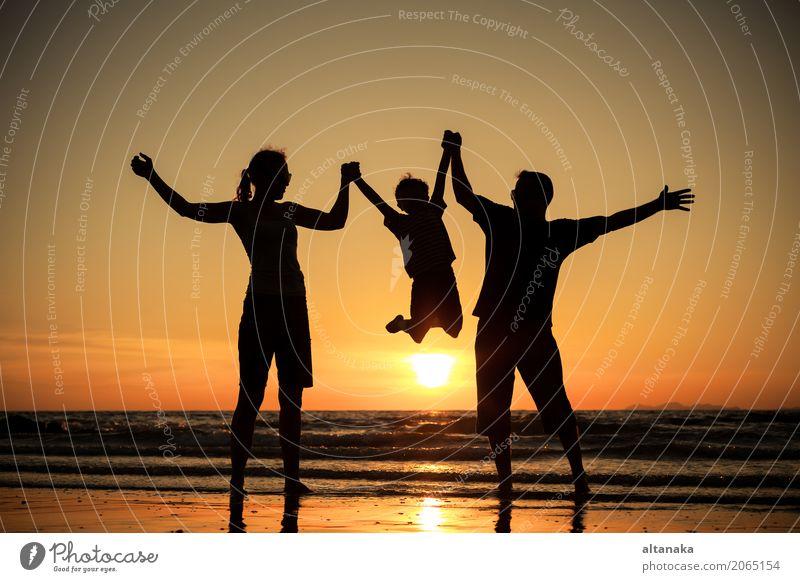 Silhouette der glücklichen Familie Lifestyle Freude Freizeit & Hobby Spielen Ferien & Urlaub & Reisen Ausflug Abenteuer Freiheit Sommer Sonne Strand Meer Sport