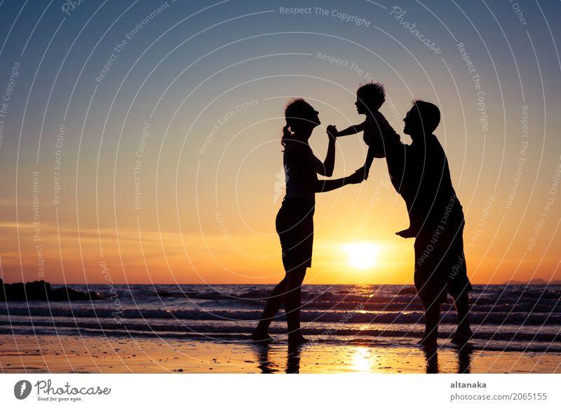 Silhouette der glücklichen Familie Kind Frau Natur Ferien & Urlaub & Reisen Mann Sommer Sonne Hand Meer Freude Strand Erwachsene Lifestyle Liebe Sport Junge