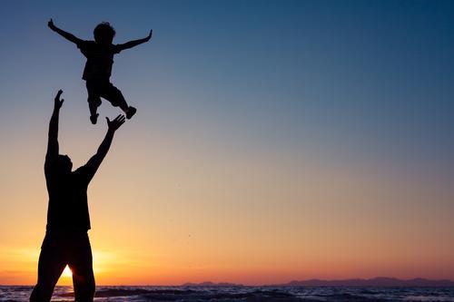 Vater und Sohn, die auf dem Strand spielen Lifestyle Freude Freizeit & Hobby Spielen Ferien & Urlaub & Reisen Ausflug Abenteuer Freiheit Sommer Sonne Meer Sport