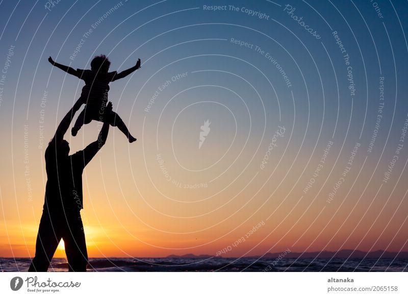 Vater und Sohn, die auf dem Strand spielen Kind Natur Ferien & Urlaub & Reisen Mann Sommer Sonne Meer Freude Erwachsene Lifestyle Liebe Sport Junge