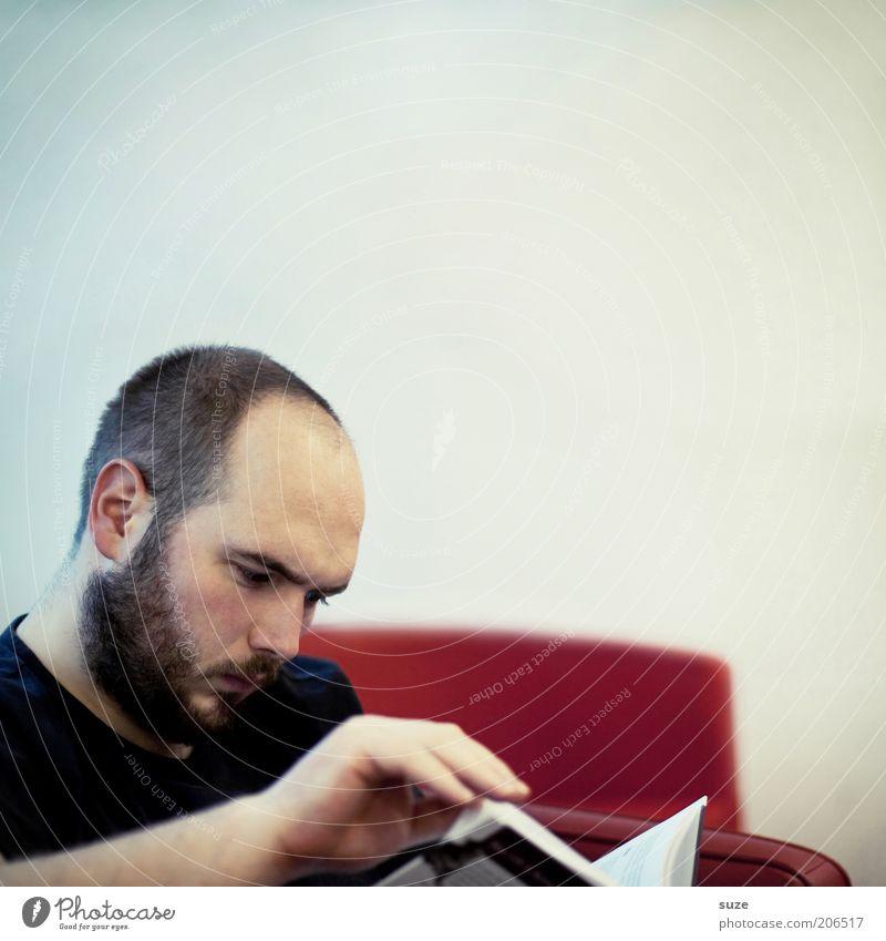 Intellekt Bildung Erwachsenenbildung Schule lernen Studium Student Mensch maskulin Junger Mann Jugendliche Bart 1 Buch sitzen Verstand blättern PISA-Studie