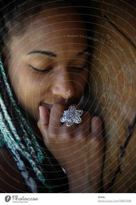 . Mensch Frau schön Baum Erholung ruhig dunkel Erwachsene Wärme feminin Haare & Frisuren Zeit träumen Zufriedenheit Lächeln Lebensfreude