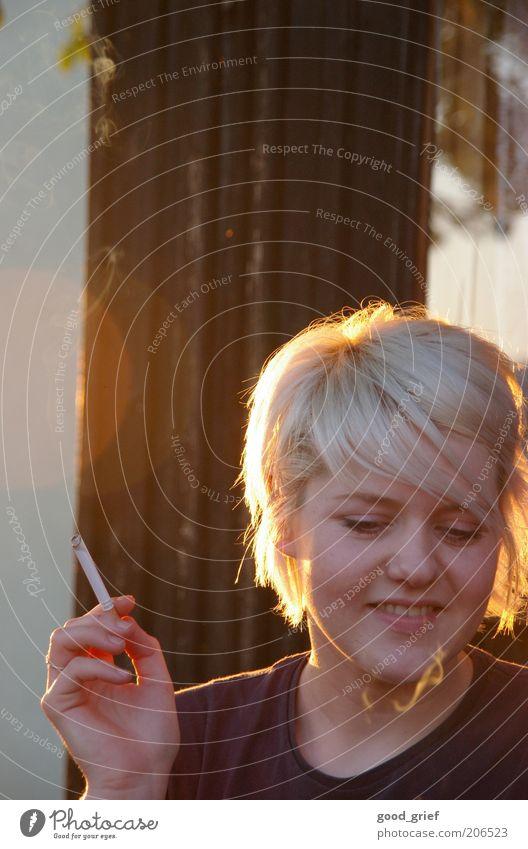 einfach mal genießen. Haare & Frisuren Haut Gesicht Kosmetik Rauchen Sommer Mensch feminin Junge Frau Jugendliche Erwachsene Leben Kopf Hand Finger 1