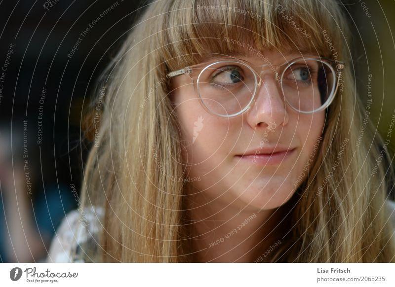 junge hübsche Frau mit Brille Lifestyle schön Kopf Haare & Frisuren Gesicht 1 Mensch 18-30 Jahre Jugendliche Erwachsene blond Pony beobachten genießen Lächeln