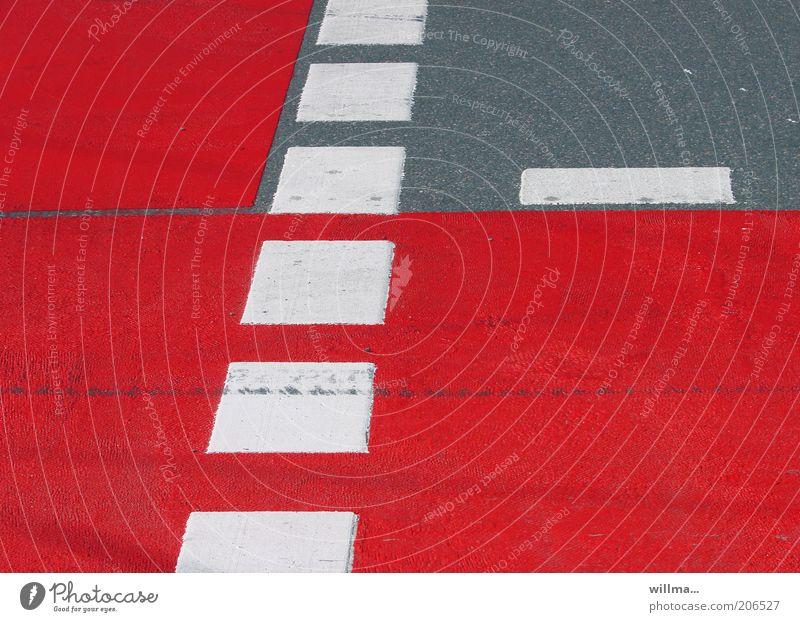 das ist kein rotkleefeld. weiß rot Straße grau Linie Schilder & Markierungen Asphalt Verkehrswege Straßenverkehr Straßenkreuzung Fahrbahnmarkierung Fahrradweg Wege & Pfade Warnfarbe Fußgängerübergang Strichellinie