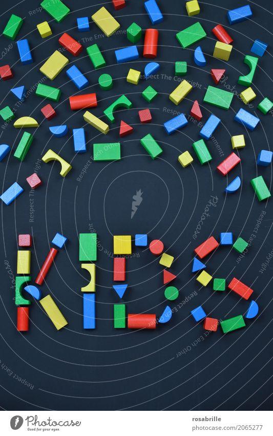ein Kinderspiel - das Wort KIDS mit bunten Bauklötzen geschrieben auf schwarzem Hintergrund Freizeit & Hobby Spielen Bauklotz bauen Kinderzimmer Bildung