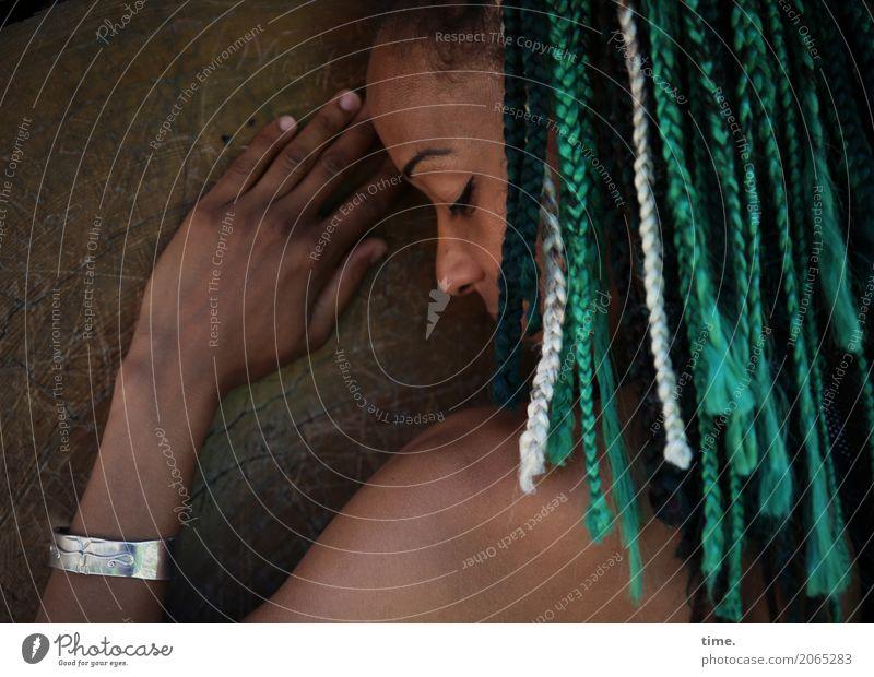 . Mensch Frau schön Baum Erotik Erholung dunkel Erwachsene Wärme feminin außergewöhnlich Zeit Haare & Frisuren träumen Zufriedenheit ästhetisch