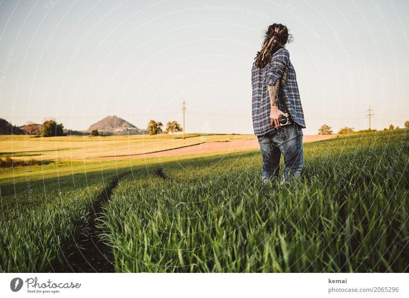 Auf der Jagd Frau Mensch Natur Sommer grün Landschaft ruhig Ferne Erwachsene Leben Lifestyle feminin Freiheit Freizeit & Hobby Zufriedenheit Feld