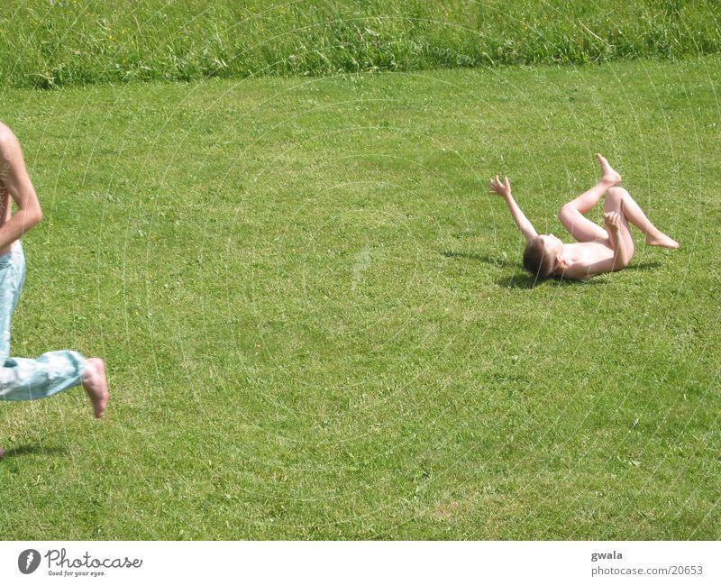 rasenrennen Mensch Kind Natur grün Sommer Freude Wiese Junge Gras Garten Kindheit laufen liegen Rasen fallen