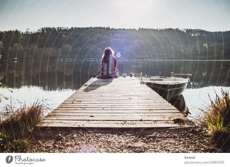 Frau sitzt morgens an einem Steg am See Kaffee Lifestyle Stil Leben harmonisch Wohlgefühl Zufriedenheit Sinnesorgane Erholung ruhig Freizeit & Hobby