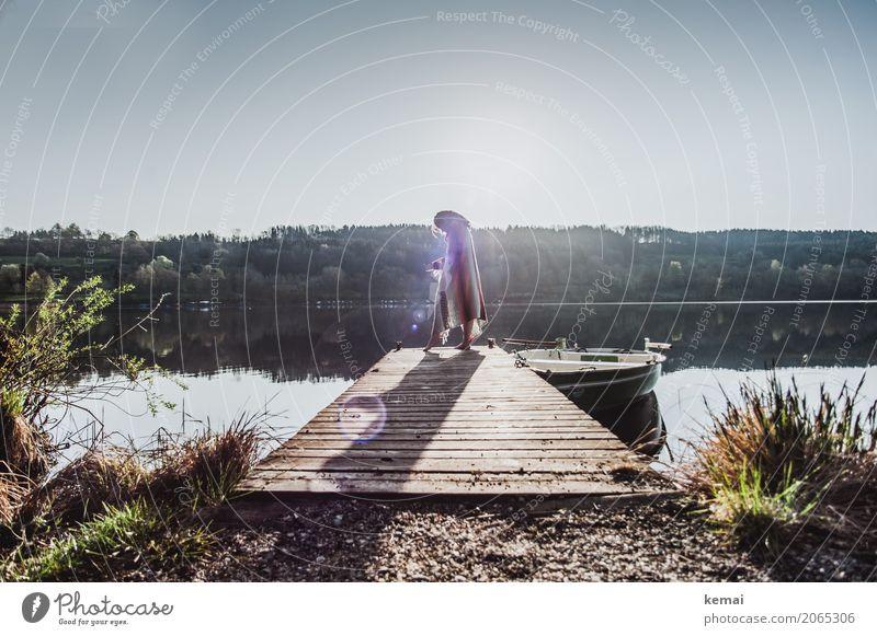 Frau am See auf Steg mit Decke um die Schultern Lifestyle elegant Stil Leben harmonisch Wohlgefühl Zufriedenheit Sinnesorgane Erholung ruhig Freizeit & Hobby
